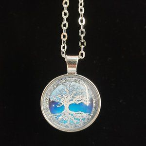 Beautiful Tree of Life Necklace NWT